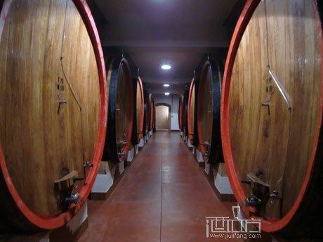 zonin总部地下酒窖中巨大的橡木桶