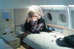 希尔顿大晒私人飞机自拍