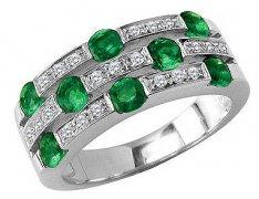 高贵的祖母绿宝石戒指