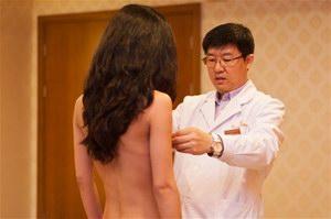 江一燕裸替借债隆胸,记者实拍隆胸全过程有亮点